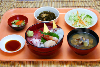 新鮮な旬の素材を使った海鮮丼です。
